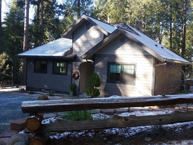 Custom new cottage, secluded, spacious with hot tub. 9 min from Nevada City, alquiler vacacional en Oregon House