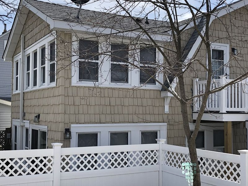 Bond Ave, Lavallette...Awesome Beach Block Lower Apartment, vacation rental in Normandy Beach