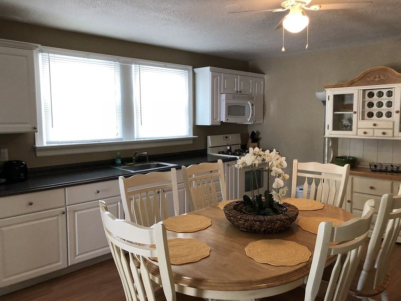 Summer and Fall Rental 1, 1.5 blocks to Boardwalk and Convention Center. WIFI, vacation rental in Wildwood