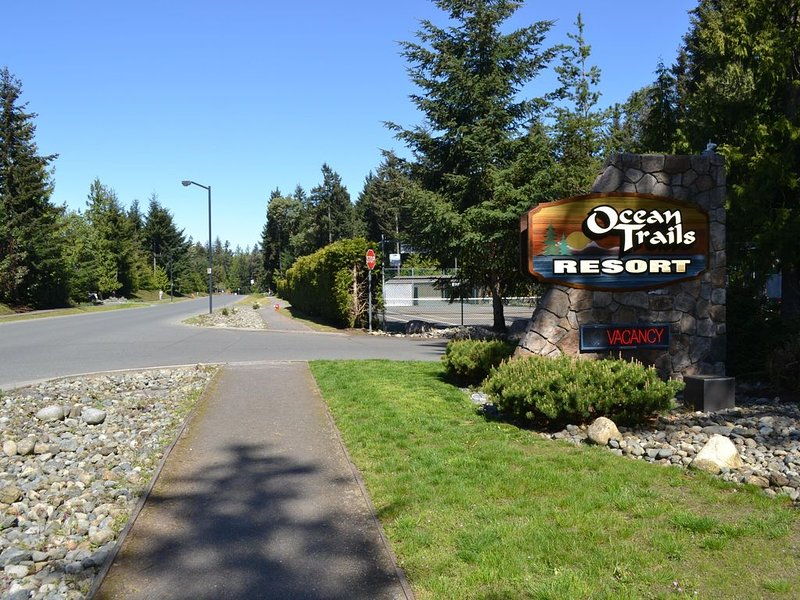 3 bdrm condo, walking distance from the beach -Long Term Rental Available, holiday rental in Parksville