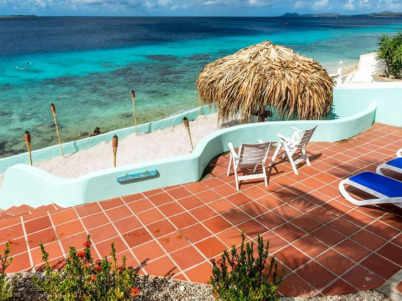 Spacious Oceanfront Villa, private beach and water access, accommodates 12, aluguéis de temporada em Bonaire