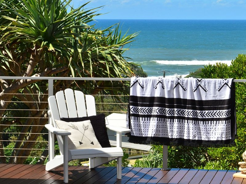 Beach House on Surfside - Listen to the waves crash and watch the surf roll in, alquiler vacacional en Noosa
