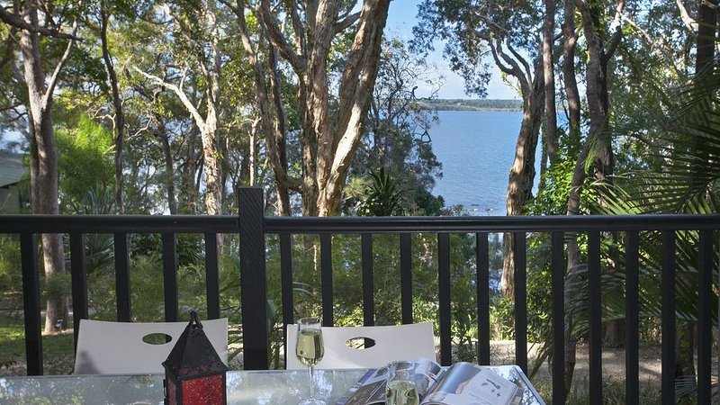 Absolute Lakefront Retreat minutes from Noosa, holiday rental in Doonan