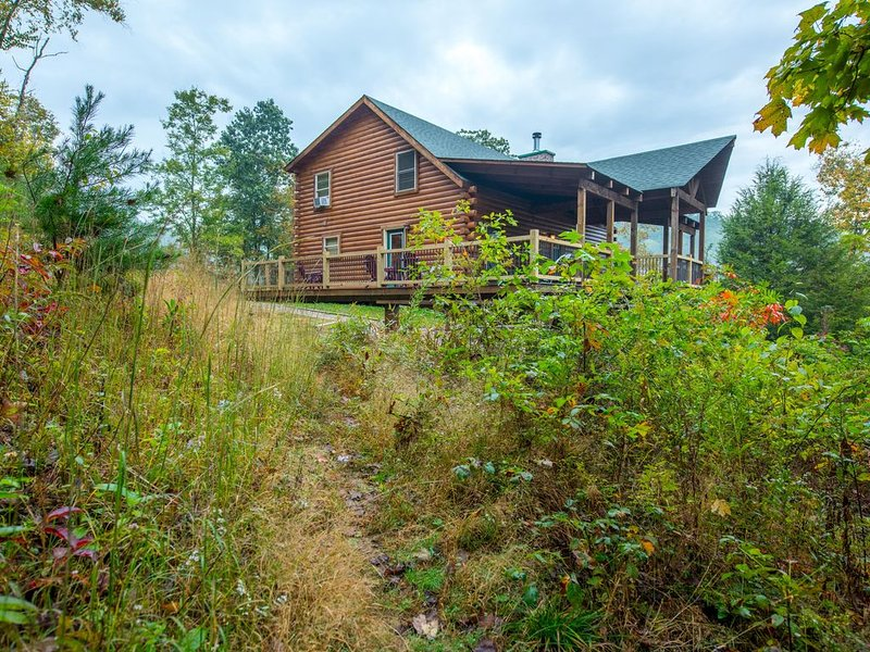 Gorgeous hilltop lodge with stunning views! Pet friendly accommodations close to, holiday rental in Rockbridge