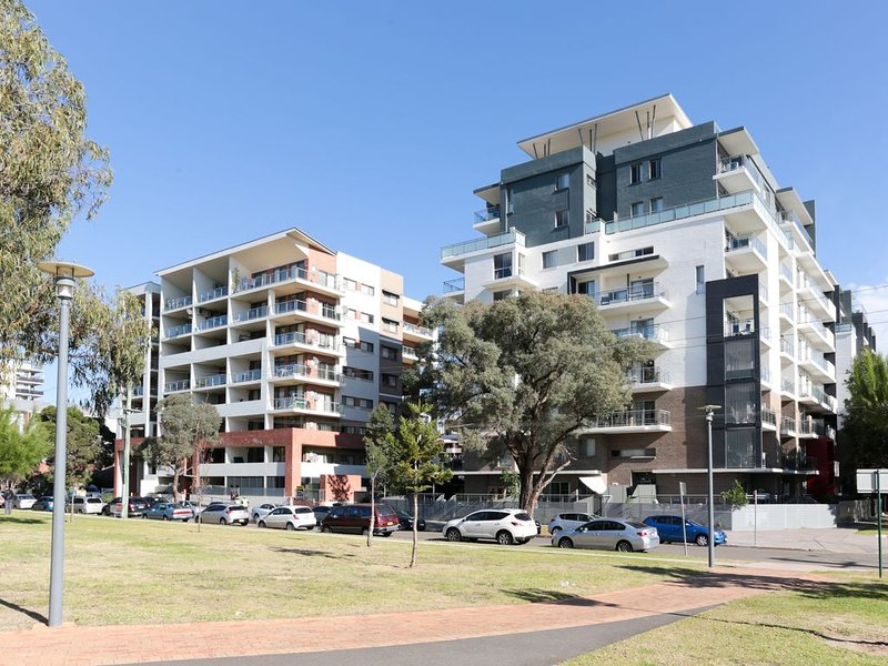 Parkside Liverpool CBD 3 bed unit fully furnished near Westfields & cinema, holiday rental in Greater Sydney