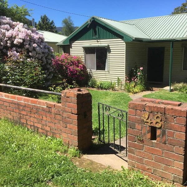 Family and Pet Friendly - a real home away from home, holiday rental in Bright