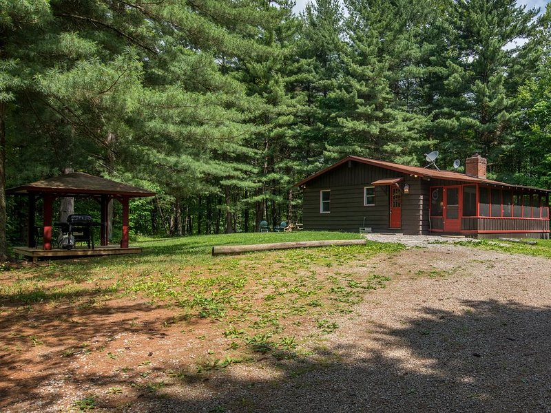 Charming 2 bedroom cabin with 110 acres, screened hot tub porch, private pond, a, aluguéis de temporada em South Bloomingville
