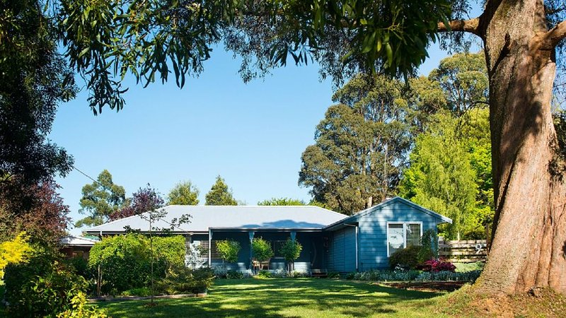 Verdant cool country forests and gardens, wood fires and a spa bath beckon., holiday rental in Trentham