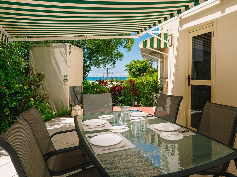 Generous Courtyard with Water views Apartment 5 mins walk to Alex Beach., holiday rental in Diddillibah