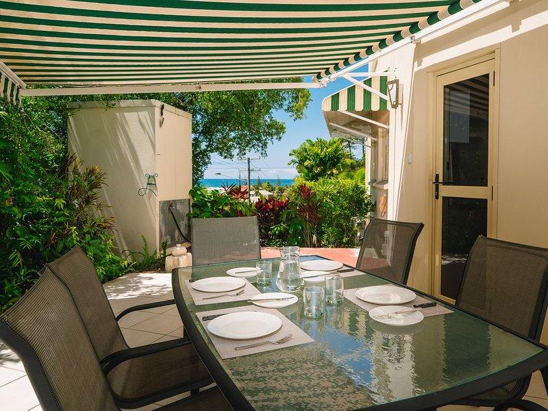 Generous Courtyard with Water views Apartment 5 mins walk to Alex Beach., casa vacanza a Alexandra Headland