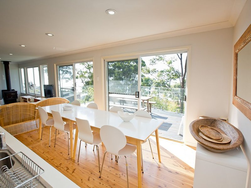 Light and airy house with beautiful bay views – semesterbostad i Hyams Beach