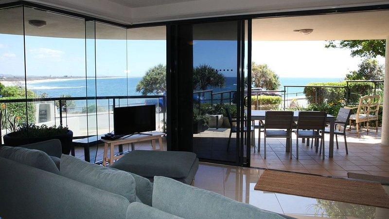 Stunning Oceanfront Apartment, alquiler vacacional en Caloundra