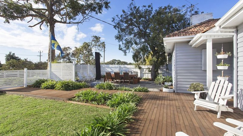 SORRENTO BEACH COTTAGE walk to beach and shops, holiday rental in Sorrento