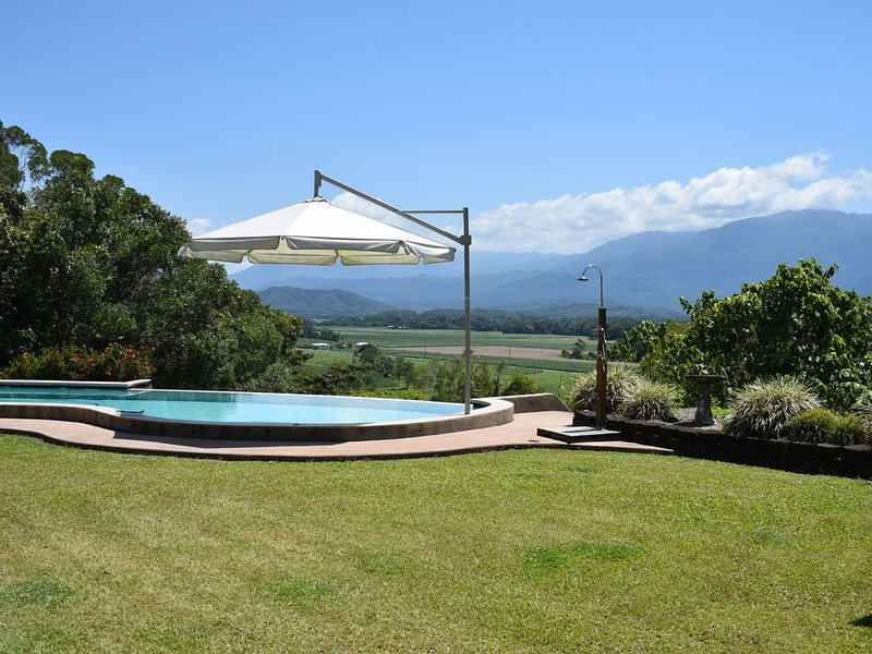 Rainforest views 3 bed, 2 bath. Whole of house or per room B&B accommodation., vacation rental in Whyanbeel
