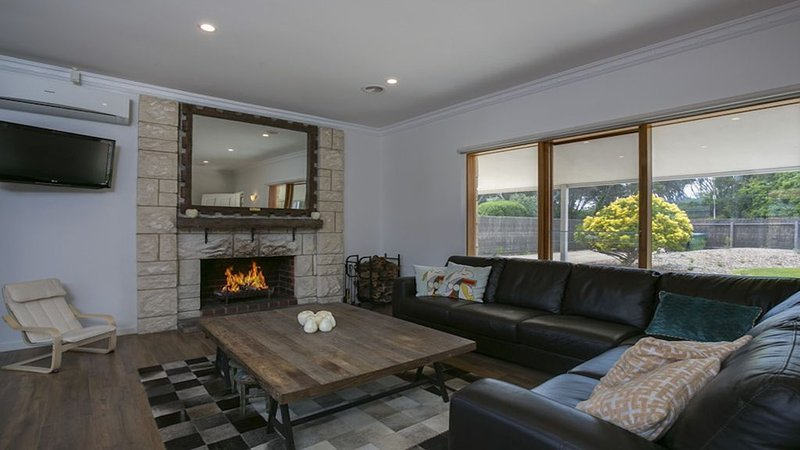 Gorgeous Limestone Cottage in back beach area-sleeps up to 6 or 8 with bungalow*, holiday rental in Mornington Peninsula