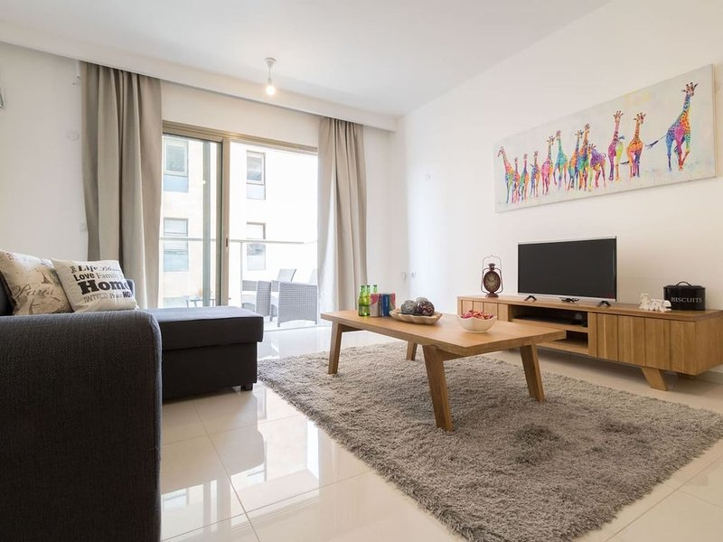 Spacious 2 bedrooms+parking in city center, holiday rental in Kfar Adumim