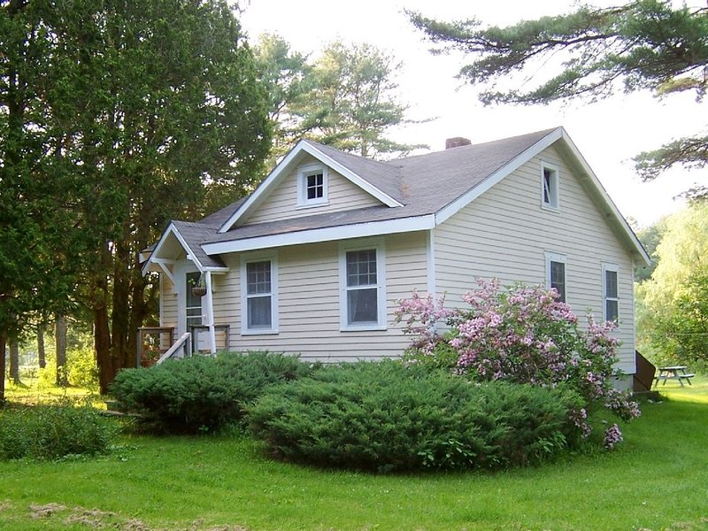 Cozy Cottage with Freshwater Frontage & Saltwater View, holiday rental in Wiscasset
