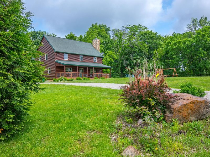 Great family lodge with 5 bedrooms, outdoor playset, fire ring and hot tub! Clos, holiday rental in Gibisonville