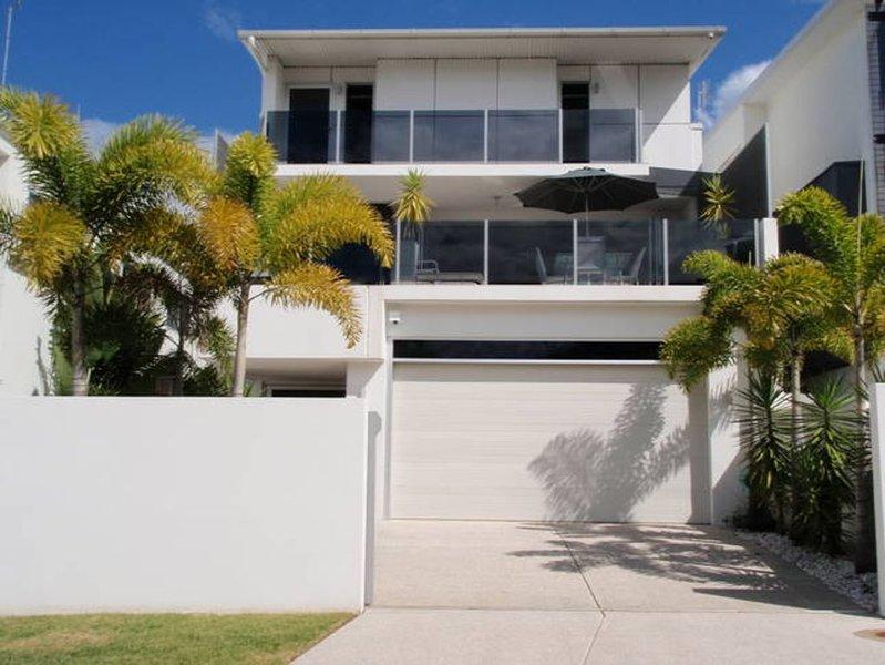 ALEX BEACH HOUSE Sunshine Coast Holiday House Guests: 14, location de vacances à Buddina