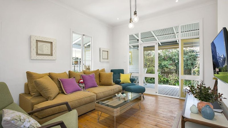RYE central - Scandi style, FOXTEL, wifi, dog friendly, & amazing RYE location, vacation rental in Rye