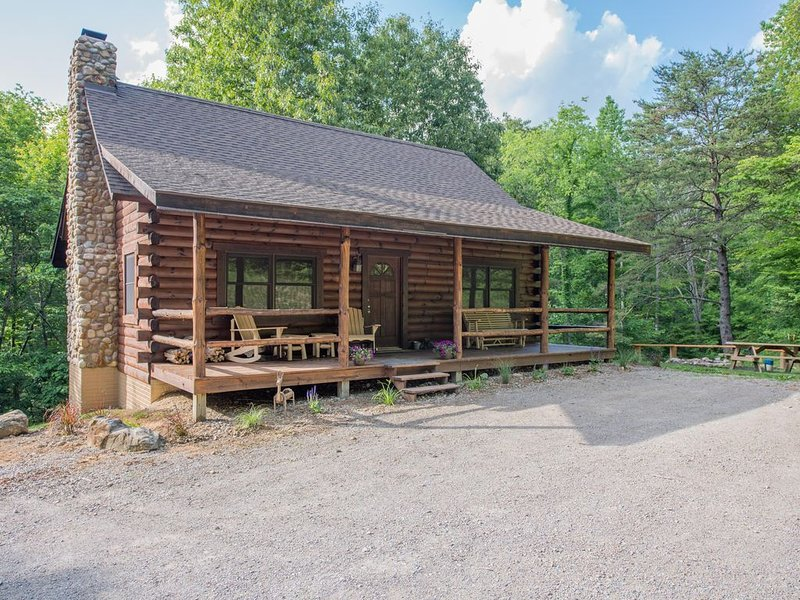 Great cabin with 30 private acres, pond, lower level 'saloon style' game room!, location de vacances à Haydenville