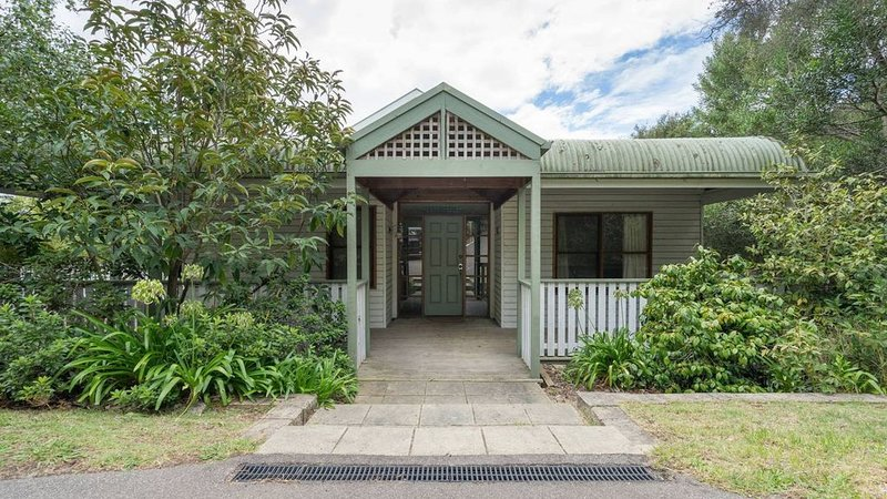 3/4 acre Beach House, Walk to beach on boardwalk, Family groups & pets welcome, holiday rental in Mt Martha