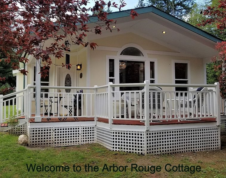 Arbor Rouge Cottage - A Romantic Relaxing Get-a-way!, casa vacanza a Clinton