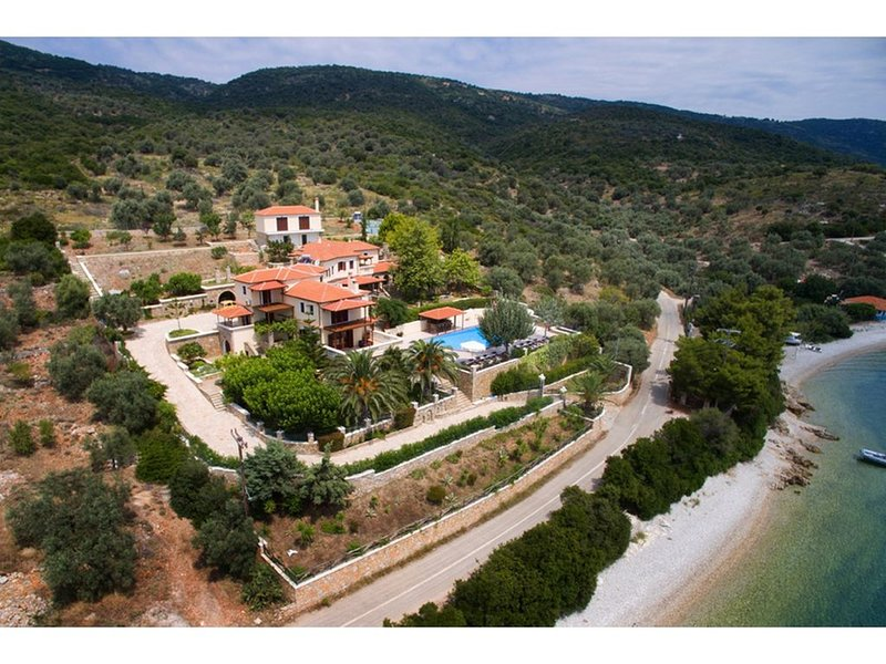 Seafront villa with private garden a few steps away from the beach, location de vacances à Agios Petros