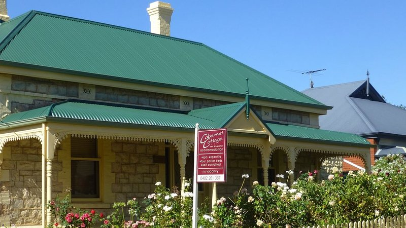 Cabernet Cottage - Historic building built 1895 just 100 meters from main street, holiday rental in Lyndoch