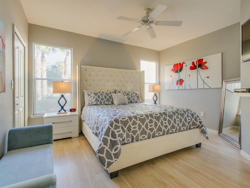 Fantastic Award Winning Newly Renovated Condo (4 miles to Disney) 2+2, holiday rental in Four Corners