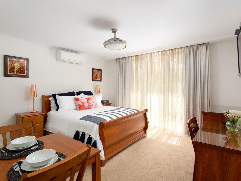 Luna Blu Refresh Suite (Queen) - Luxury B&B Rhyll, holiday rental in Lang Lang