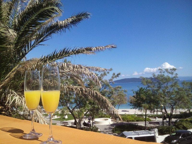 Beach House Kantun, 4 berooms with 2 terraces, alquiler de vacaciones en Kastel Stari