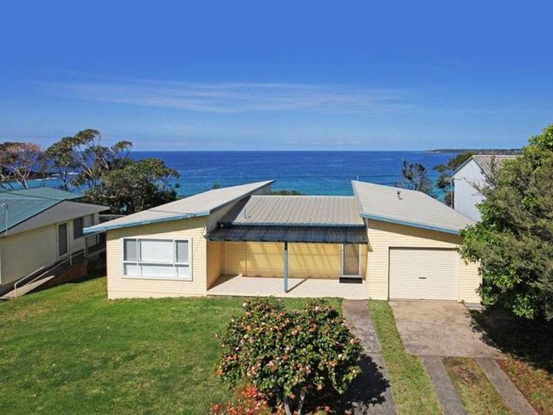 Classic beach cottage with amazing views and stroll to beach, vacation rental in Shoalhaven