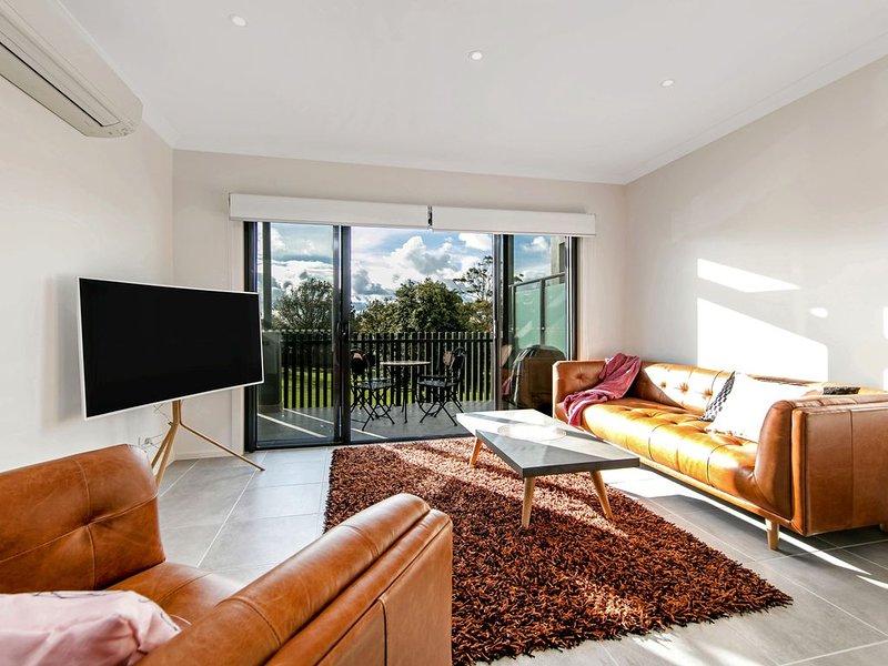2 mins Main st. 5min Beach, Rooftop Tce sea views. Contemporary decor, aluguéis de temporada em Mornington