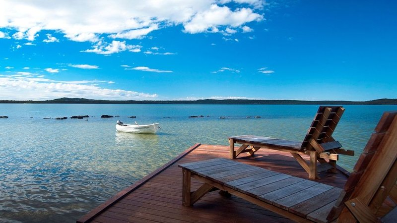 Luxury Lakefront Retreat minutes from Noosa - step away from the everyday, location de vacances à Doonan