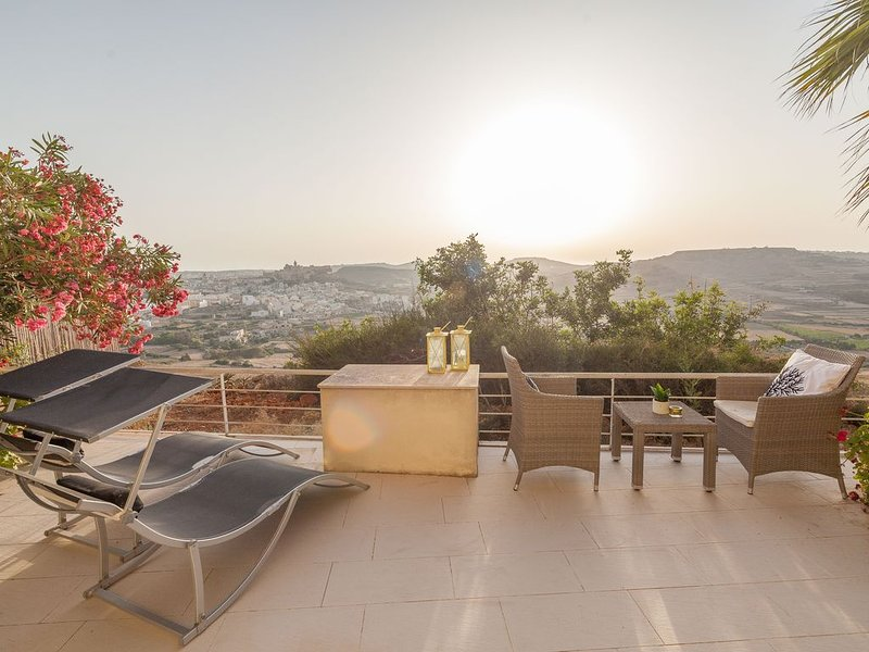 Cliff-edge designer apartment. Amazing views!, location de vacances à Xaghra