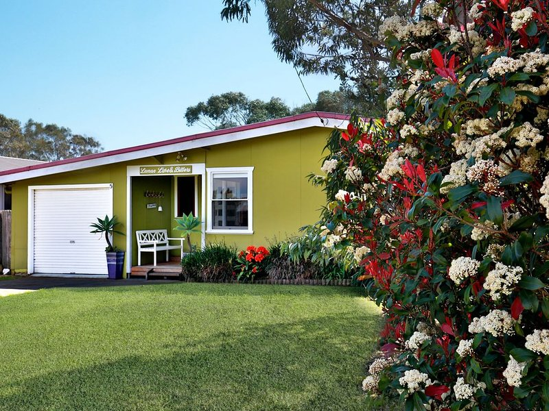 Pet-friendly classic beach house with huge backyard, modern kitchen and bath, holiday rental in Culburra Beach