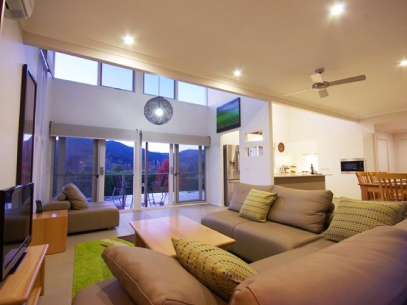 Contemporary, light filled house located only a short walk into town, holiday rental in Bright