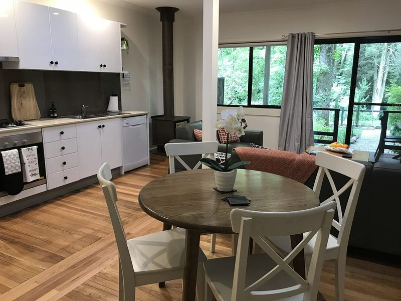 Enjoy a relaxing time away in a tranquil setting in Tyntynder Garden..., vacation rental in Tawonga South