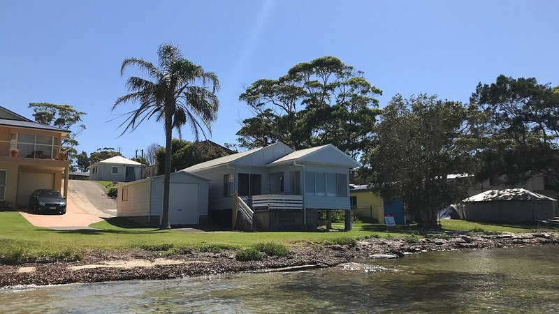The Palm Tree Cottage - Absolute Waterfront - 5 mins to Hyams Beach, holiday rental in Erowal Bay