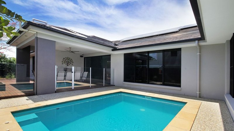 Modern Relaxed Lifestyle - Sleeps 10, holiday rental in Parrearra
