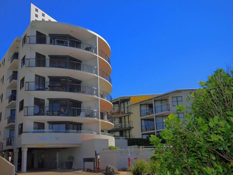 Absolute Beachfront Apartment, vacation rental in Coolum Beach