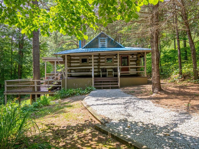 Rustic hand hewn log cabin with pet friendly accommodations close to Conkle's Ho, aluguéis de temporada em South Bloomingville