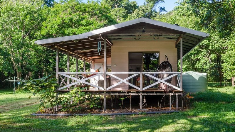 Hibiscus Cottage - rainforest with private creek – semesterbostad i Cow Bay