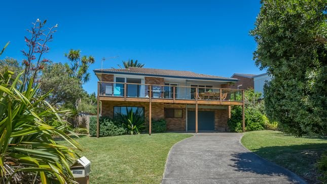 Large comfortable house just a stones throw from the beach. Pets welcome!, holiday rental in Culburra Beach