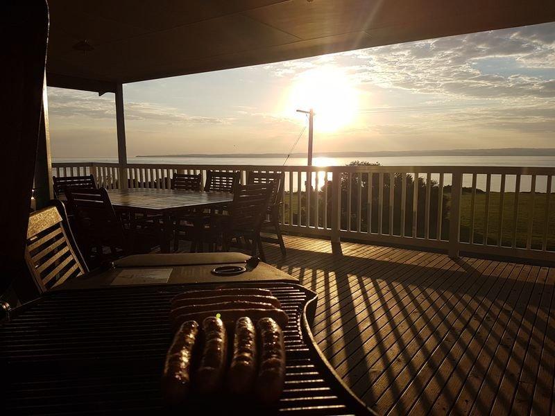 Njut av en grillfest vid solnedgången, njut av ljudet av havet med en fantastisk utsikt