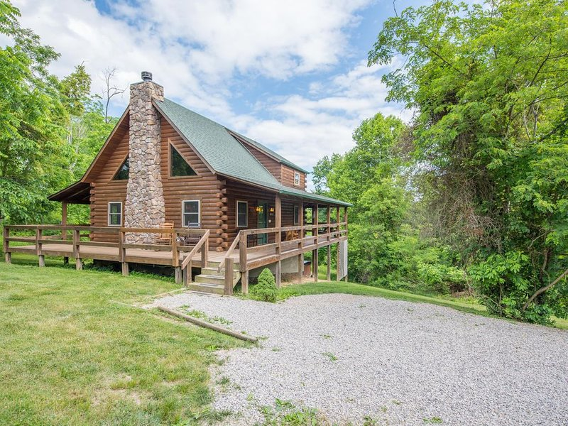 Great pet friendly cabin with wrap around decks! Close to Old Man's Cave!, holiday rental in Gibisonville
