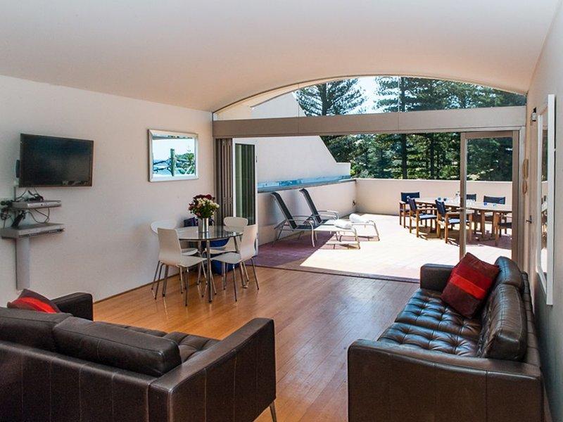Asegúrate de una experiencia de 5 estrellas y ven y relájate en este acogedor sofá.