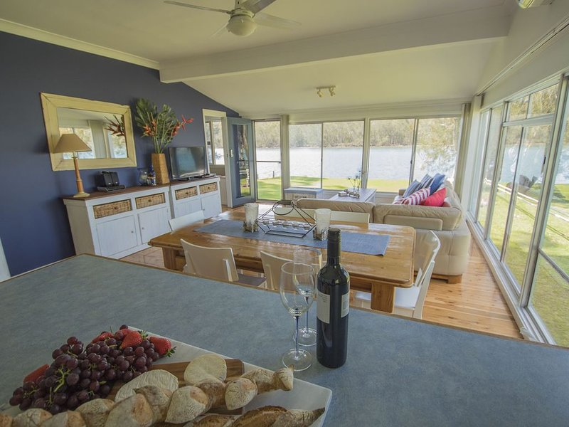 Lakehouse at Conjola - absolute waterfront - exceptional reviews, vacation rental in Shoalhaven
