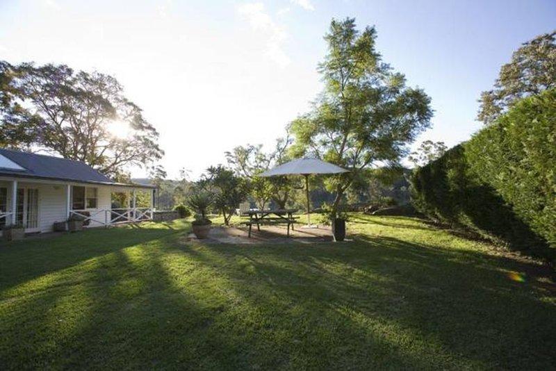 Longreach Riverside Retreat Cottage, holiday rental in Nowra